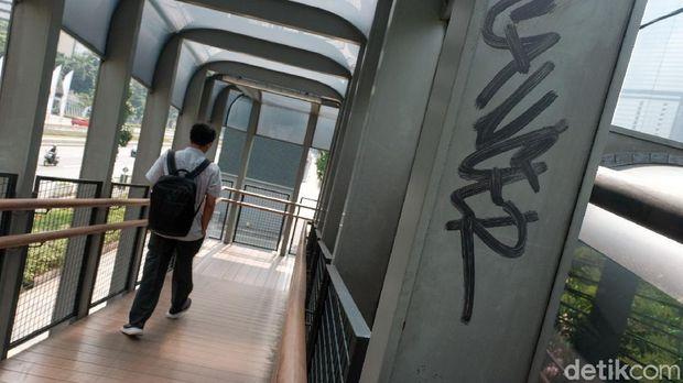 JPO di kawasan Sudirman, Jakarta, jadi sasaran aksi vandalisme. Aksi tak terpuji ini merusak estetika JPO. Ini penampakannya.