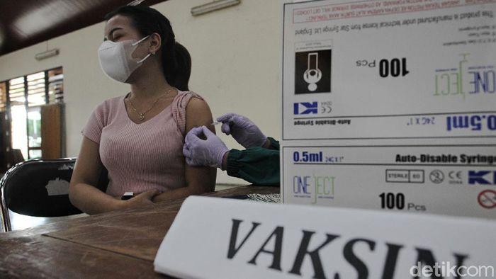 Program vaksinasi COVID-19 massal terus digencarkan di Yogyakarta. Vaksinasi COVID-19 itu kali ini sasar kelompok rentan mulai transgender hingga lansia.