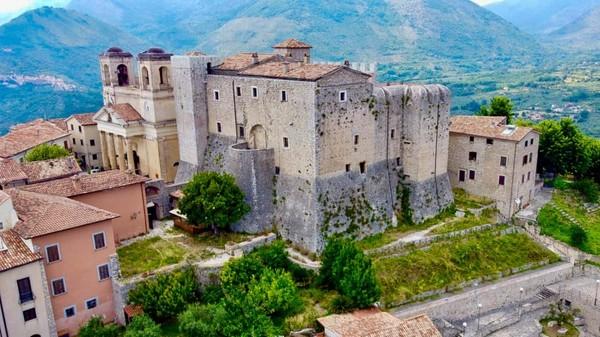 Dulunya desa ini juga terkenal karena kecantikan wanita-wanitanya.(Maenza/Visit Lazio/CNN)