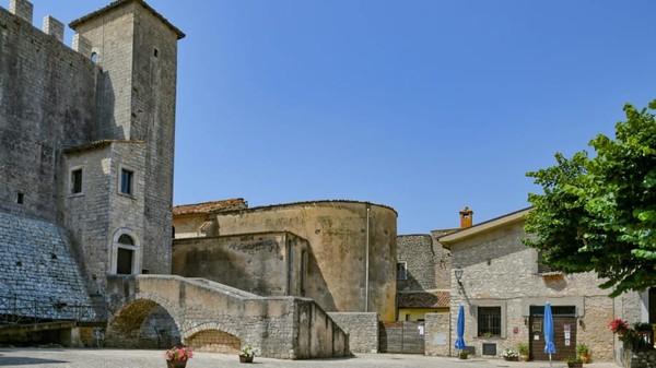 Bahkan namanya disebut sebagai neighborhood of the pretty women. Sebutan ini merujuk kepada masa lalu Maenza yang adalah Red Light District di zamannya.(Maenza/Visit Lazio/CNN)