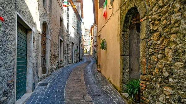 Tapi kini lusinan rumah sudah ditinggalkan.Rumah-rumah ini dijual dengan harga Euro 1 atau sekitar Rp 16 ribuan. (Maenza/Visit Lazio/CNN)