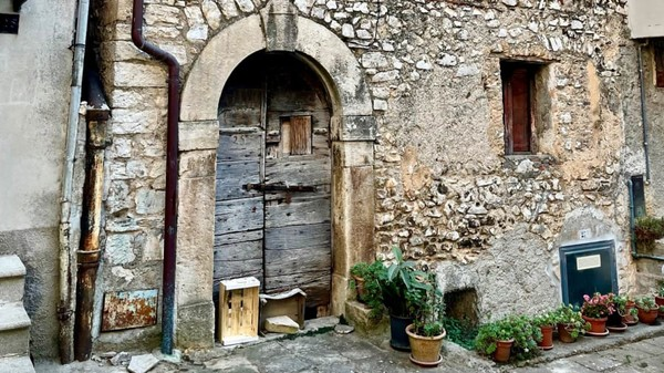 Pelancong yang membeli rumah di Maenza harus berkomitmen untuk merenovasinya dalam kurun waktu tiga tahun.(Maenza/Visit Lazio/CNN)