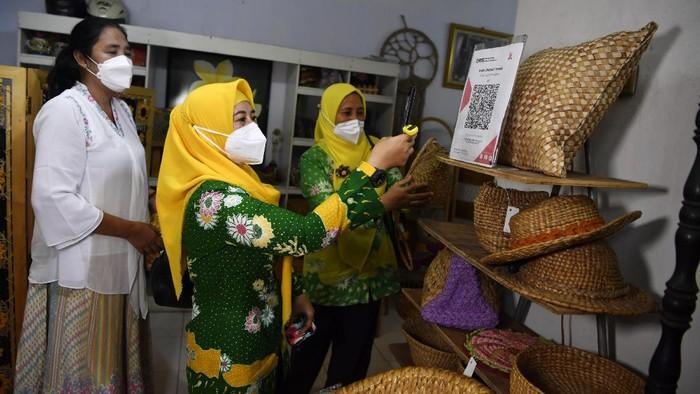 Berbagai produk anyaman yang berbahan dasar eceng gondok di UMKM Wins Rajut, Pasuruan, Jawa Timur.
