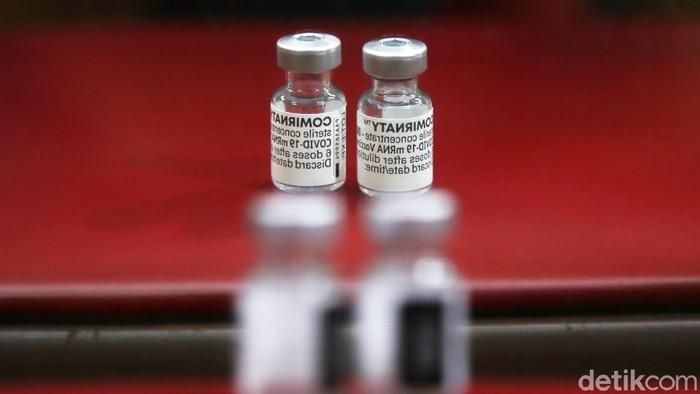 Vaksinator menyuntikan vaksin Pfizer kepada warga di kawasan Gedung Judo Kelapa Gading, Jakarta Utara, Senin (23/8). Pada hari ini vaksin Pfizer diberikan secara serentak di Jakarta.