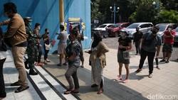 Vaksinator menyuntikan vaksin Pfizer kepada warga di kawasan Kelapa Gading, Jakarta Utara, Senin (23/8). Vaksin Pfizer diberikan secara serentak di Jakarta.