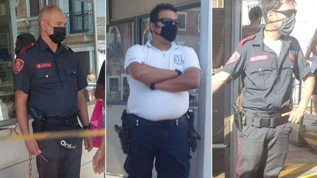 Petugas bersenjata berjaga-jaga di spot wisata Venesia.