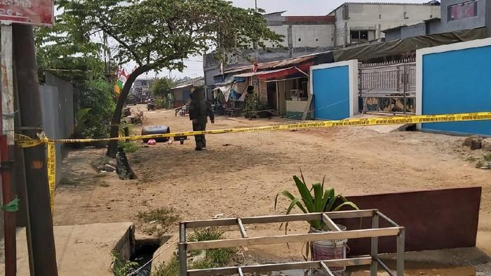 Polisi olah TKP di lokasi penemuan benda dicurigai bom di Bekasi (dok.istimewa)