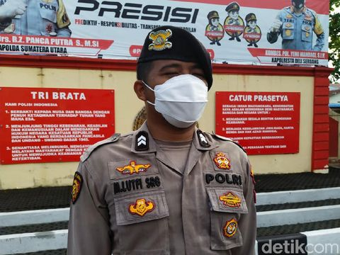 Seorang personel Polresta Deli Serdang menolong pria jatuh dari sepeda. Ternyata korban ialah eks Kapolda Sumut Irjen (Purn) Martuani Sormin. (Ahmad Afrah/detikcom)