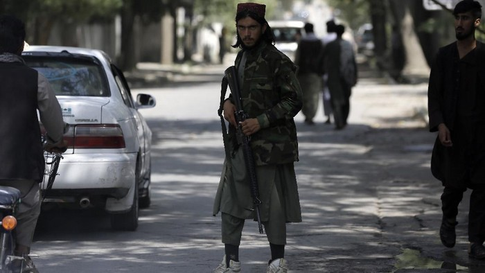 A Taliban fighter stands guard at a checkpoint in the Wazir Akbar Khan neighborhood in the city of Kabul, Afghanistan, Sunday, Aug. 22, 2021. A panicked crush of people trying to enter Kabuls international airport killed several Afghan civilians in the crowds, the British military said Sunday, showing the danger still posed to those trying to flee the Talibans takeover of the country. (AP Photo/Rahmat Gul)