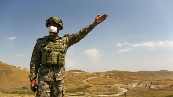 Untuk mengawasi tembok pemisah itu, pemerintah Turki mengerahkan pasukan. (AP/Emrah Gurel)