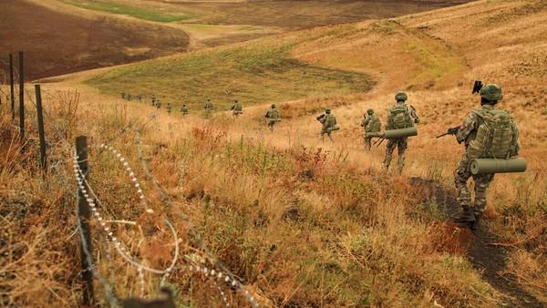Pemasnagan tembok pemisah itu juga merujuk pada laporan jumlah pengungsi dari Afghanistan melalui Iran yang terus meningkat belakangan ini.(AP/Emrah Gurel)