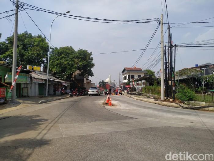 Tiang-tiang listrik sudah dicabut dari Jl Erha dekat Tol Brigif Depok, 23 Agustus 2021. (Athika Rahma/detikcom)
