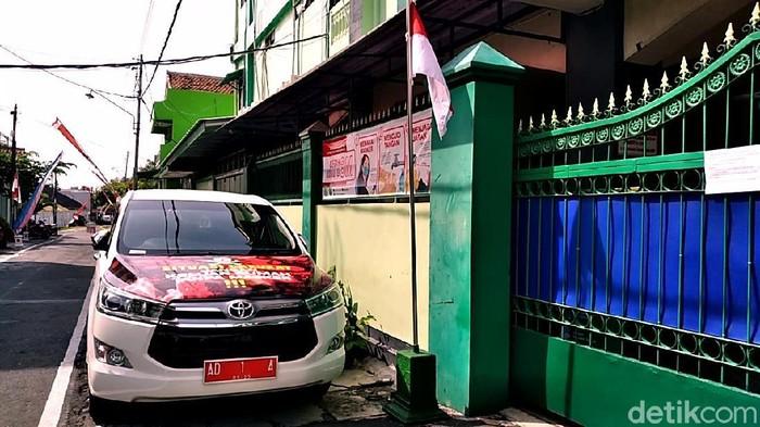 Wali Kota Solo Gibran Rakabuming Raka memarkirkan mobil dinasnya di SMK Batik 2 Solo.