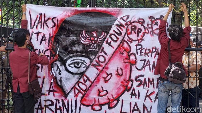 Ikatan Mahasiswa Muhammadiyah (IMM) Kota Bandung memasang spanduk '404 Not Found' di Kantor Wali Kota Bandung.