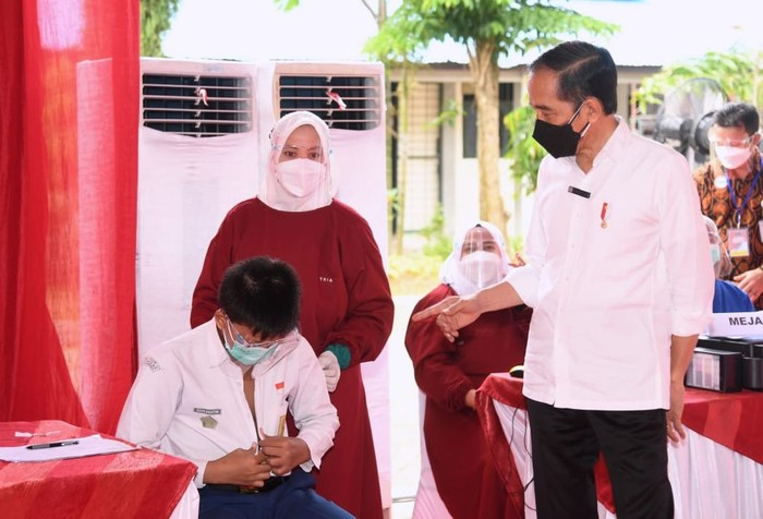 Presiden Jokowi meninjau vaksinasi COVID-19 bagi pelajar di Samarinda, Kaltim bersama Menhan Prabowo Subianto. Begini potretnya.