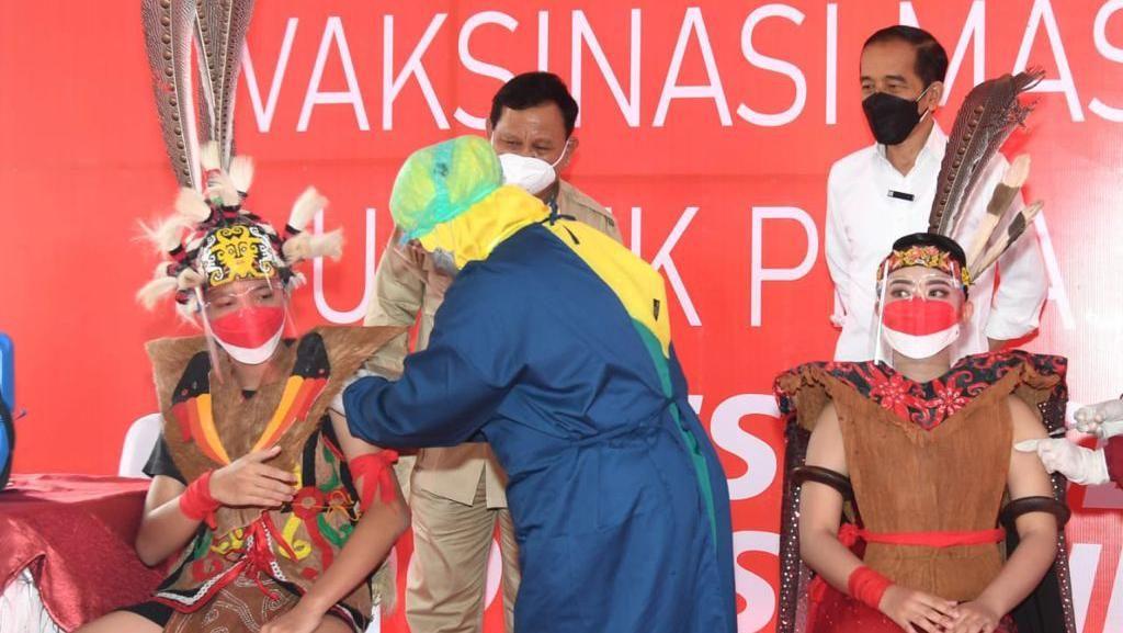 Gimana Rasanya Divaksin COVID-19 Diawasi Duet Jokowi-Prabowo?