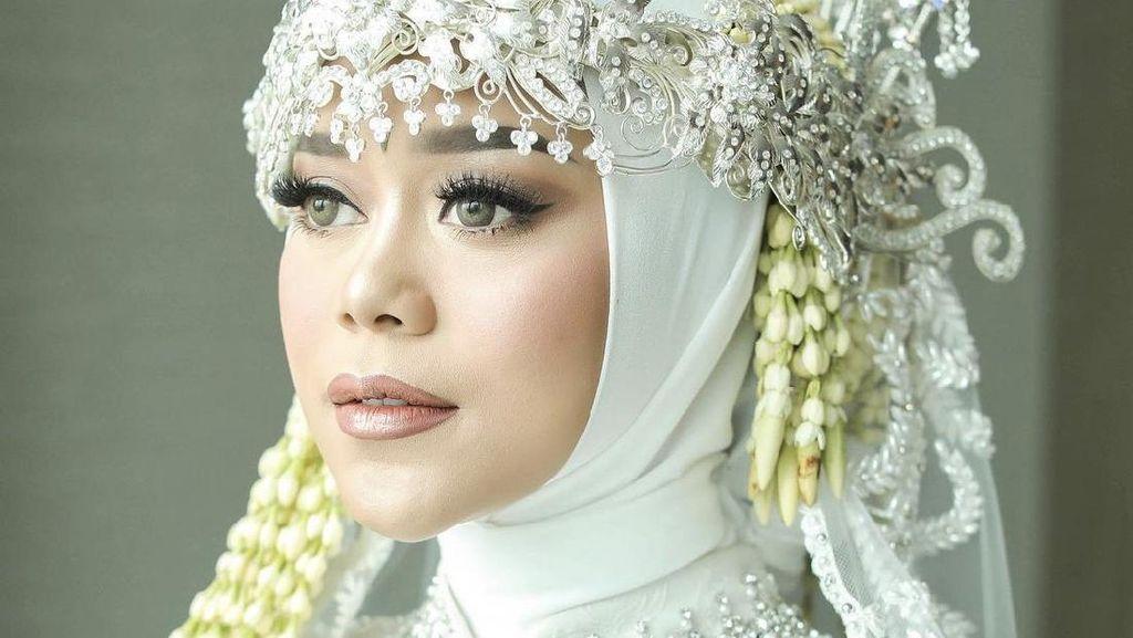 8 Foto Lesti Kejora Pakai Siger Sunda Saat Menikah yang Bikin Netizen Debat