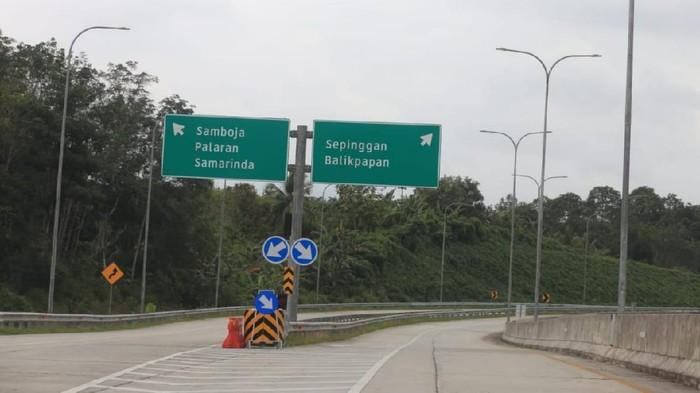 Presiden Jokowi didampingi sejumlah pejabat meresmikan Seksi I dan Seksi V Jalan Tol Balikpapan – Samarinda  (Balsam). Ini foto-fotonya.