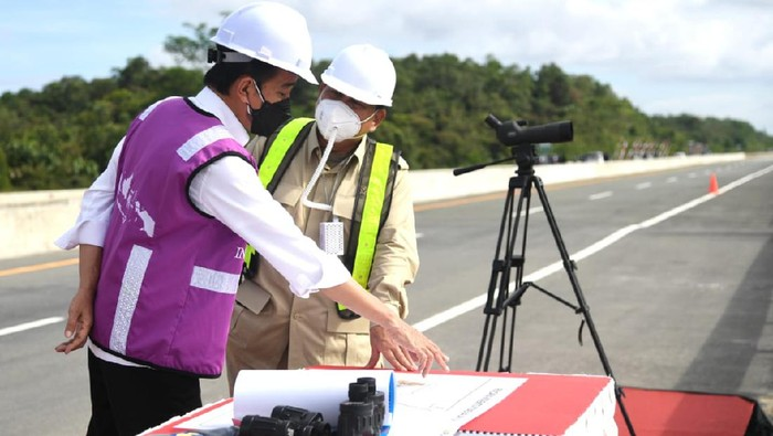 Presiden Joko Widodo (Jokowi) bersama Menteri Pertahanan Prabowo Subianto meninjau sodetan akses jalan menuju rencana ibu kota negara (IKN) baru di Kalimantan Timur. Sodetan akses tersebut berada di Jalan Tol Balikpapan-Samarinda KM 14.