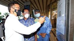 Menteri Kesehatan Budi Gunadi Sadikin terlihat meninjau mini sentra vaksinasi di Central Park Mall, Jakarta Barat.