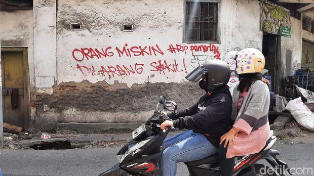 Aksi corat-coret vandalisme yang berisi kritik dan menyinggung pemerintah terlihat di beberapa tembok di wilayah Kota Solo, Jawa Tengah.