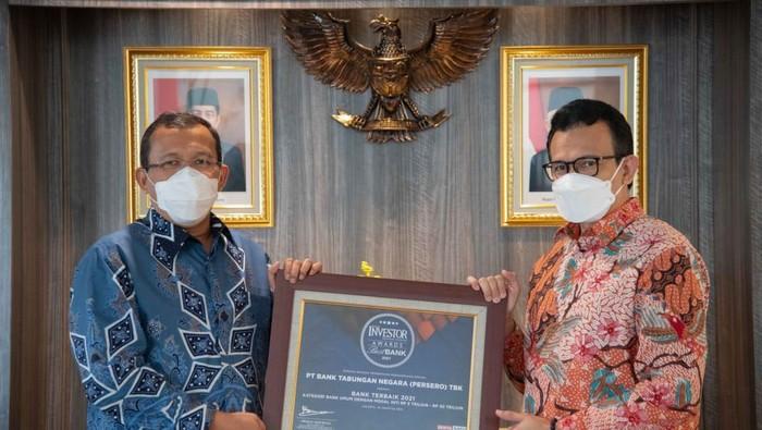 Direktur Utama PT Bank Tabungan Negara (Persero) Tbk, Haru Koesmahargyo (kiri) berbincang dengan Direktur Finance, Planning, and Treasury BTN, Nofry Rony Poetra usai menerima penghargaan sebagai Bank Terbaik 2021 pada ajang Best Bank Award 2021 di Jakarta, Selasa (24/8). Bank BTN mendapatkan predikat sebagai Bank terbaik di kategori Bank  dengan modal inti Rp 5-10triliun atas kinerjanya selama tahun 2020 antara lain pencapaian laba yang positif, pertumbuhan kredit, loan to deposit rasio dan pertumbuhan pendapatan bunga bersih tahun 2020 yang positif. Penghargaan ini diharapkan mampu memotivasi segenap insan Bank BTN menggapai misinya sebagai Best Mortgage Bank in South East Asia in 2025.