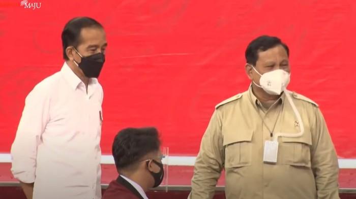Presiden Jokowi dan Menhan Prabowo saat meninjau vaksinasi di Balikpapan (Foto: Tangkapan layar YouTube Setpres)