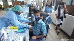 Siswa/i mengikuti vaksinasi massal untuk pelajar di kantor PDAM Tirta Marta, Yogyakarta. Vaksinasi terus dikebut sebelum pembelajaran tatap muka (PTM) dimulai.
