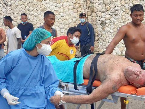 WN Australia bernama Raymond pingsan saat berselancar (surfing) di Bali. Raymond tiba-tiba tak sadarkan diri saat berada di tengah laut. (Dok. Balawista Badung)