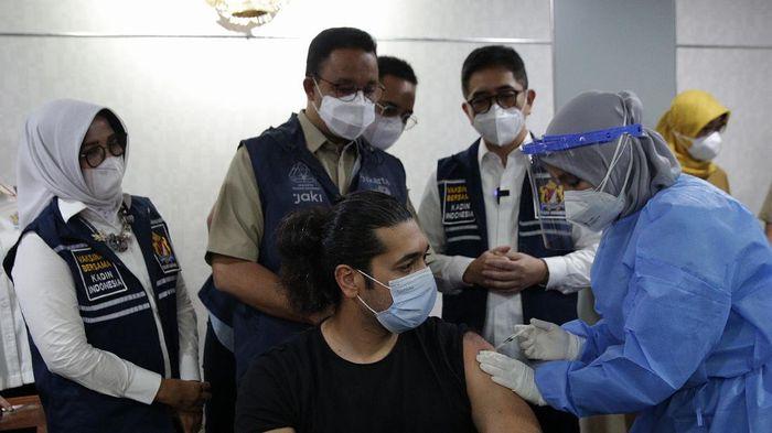Gubernur DKI Jakarta Anies Baswedan dan Ketua Kadin Indonesia Arsjad Rasjid meninjau vaksinasi COVID-19 untuk WNA (Ekspatriat) di Balai Kota, Jakarta, Selasa (24/8/2021).