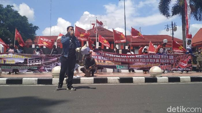 Puluhan warga menggelar aksi damai di depan Kantor Wali Kota Blitar. Mereka menuntut wali kota mengkaji ulang produk hukum terkait pembangunan hotel bintang empat di Kota Patria ini.