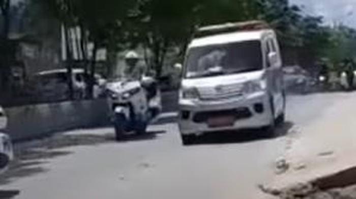 Ambulans salip rombongan Presiden Jokowi