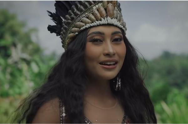 Tak berhenti di sana, Novia kembali memukau dengan laguSajojo dari Papua, beserta baju adatnya. (Youtube/Wonderland Indonesia)