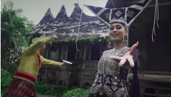 Lagu daerah selanjutnya adalah kampuang Nan Jauh di Mato dari Sumatera Barat. Tari piring khas Sumbar ini menjadi latar dari lagu tersebut. (Youtube/Wonderland Indonesia)
