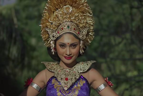 Selanjutnya, Novia tampil dalam balutan busana Bali. Lagu yang dibawakan adalah Janger. (Youtube/Wonderland Indonesia)