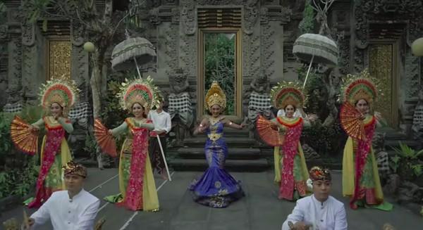 Musik videoWonderland Indonesia memancarkan pesona Indonesia. Novia bernyanyi lagu daerah dengan busana adat yang diikuti dengan tarian tradisional. (Youtube/Wonderland Indonesia)