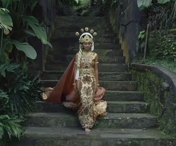 Irama lagu Manuk Dadali mengalun, Novia berganti pakaian khas Jawa Barat. (Youtube/Wonderland Indonesia)