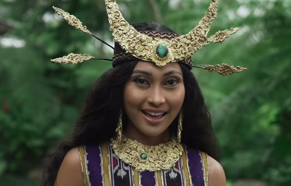 Lagu daerah Anak Kambing Saya tak luput mencuri perhatian. Novia memakai busana Nusa Tenggara Timur. (Youtube/Wonderland Indonesia)
