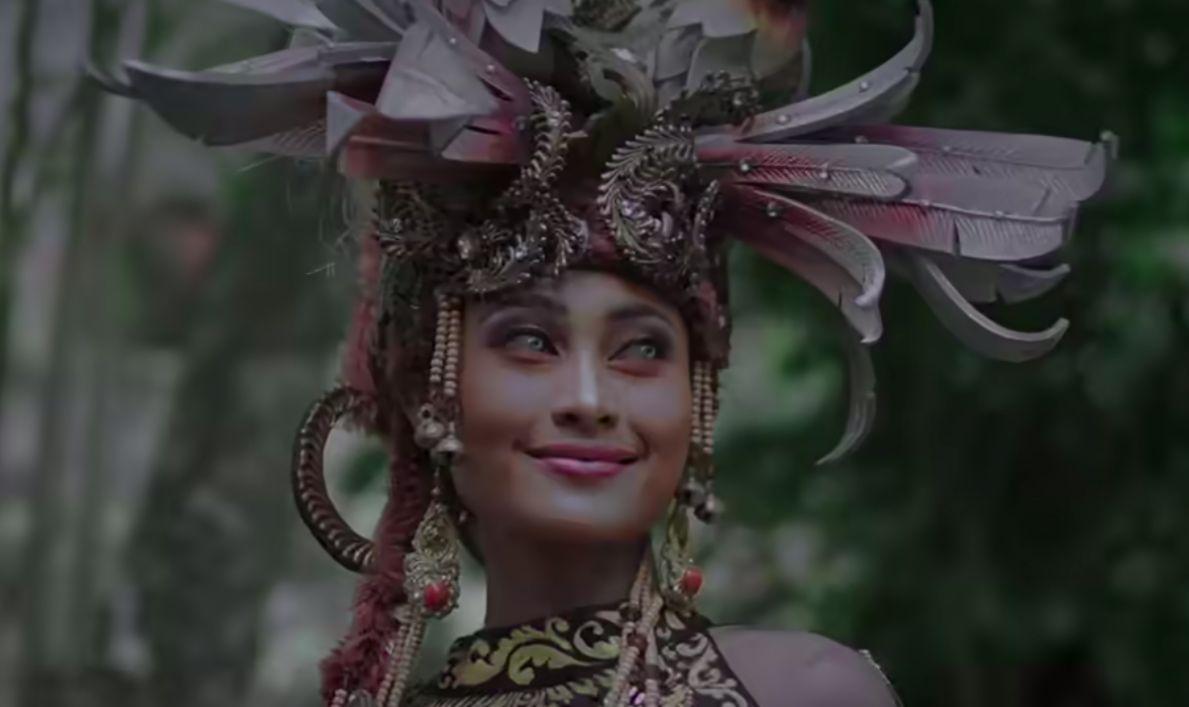 Aneka baju daerah Indonesia dalam Wonderland Indonesia)