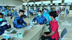 TNI AU gelar kegiatan vaksinasi COVID-19 di bandara Yogyakarta International Airport (YIA), Kulon Progo, DIY. Vaksinasi ini diikuti anak-anak hingga Lansia.