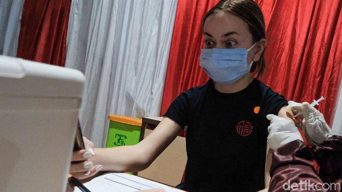 DKI Jakarta sudah mulai menyuntikkan vaksin COVID-19 jenis Pfizer, salah satunya bisa dilakukan di BPSDM Kemenkes.  Seperti apa suasananya?