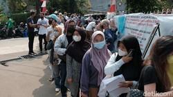 DKI Jakarta sudah mulai menyuntikkan vaksin COVID-19 jenis Pfizer, salah satu yang melaksanakannya ada di BPSDM Kemenkes. Beginilah antusiasme warga Ibu Kota.