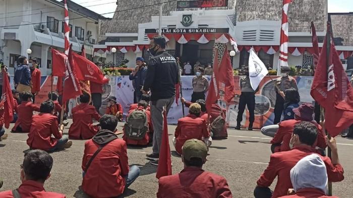 demo mahasiswa di sukabumi soal pasar pelita