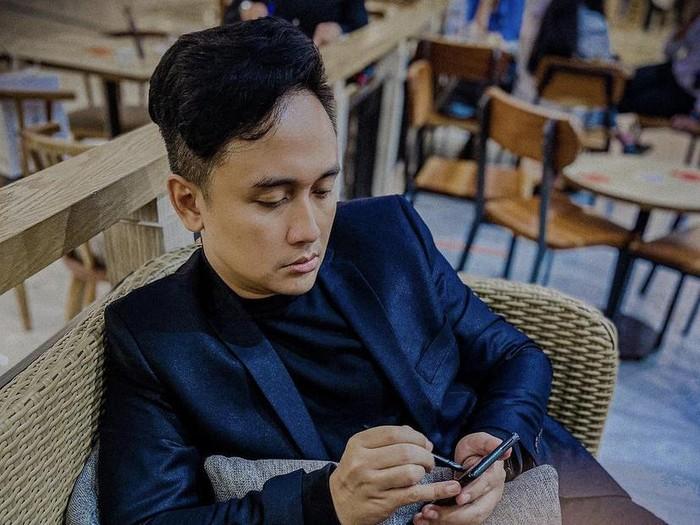 Denny Darko HobiNongkrong di Kafe Sambil Baca Buku