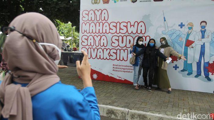 Ribuan Mahasiswa mengikuti kegiatan Vaksinasi mahasiswa nasional, dengan target pemberian 5.000 vaksin Sinovac dan penyerahan 3.000 paket sembako kepada peserta, di GOR Universitas Negeri Yogyakarta, Rabu (25/8/2021).