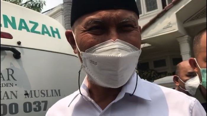Gubernur Sumatera Barat Mahyeldi angkat bicara soal surat sumbangan. Mahyeldi diwawancara seusai melayat Elly Kasim di Pulogadung, Jaktim, Rabu (25/8/2021).