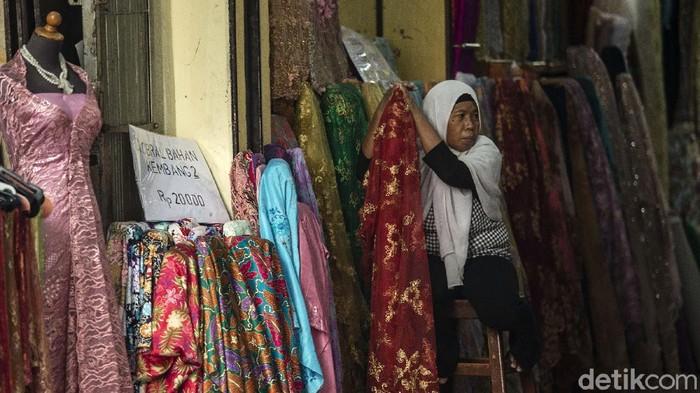 Para pedagang terlihat lesu menunggu pembeli di Pasar Baru, Jakarta, Rabu (25/8/2021). Inflasi dilaporkan rendah kemungkinan karena rendahnya daya beli masyarakat.