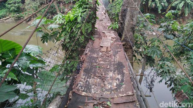 Jembatan gantung di Srengseng Sawah, Jakarta Selatan, 25 Agustus 2021. (Athika Rahma/detikcom)