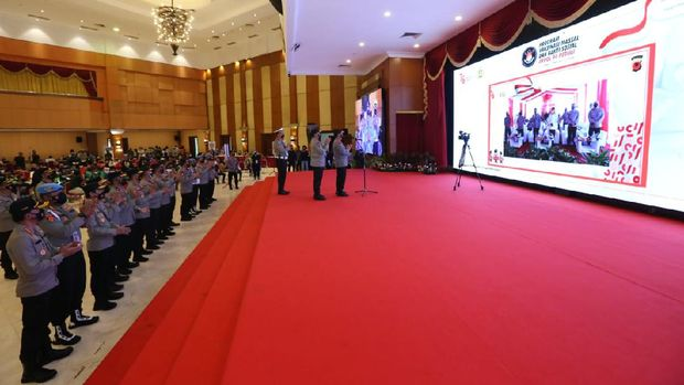 Kapolri Jenderal Listyo Sigit Prabowo meninjau vaksinasi massal dan bakti sosial alumni Akpol 94.