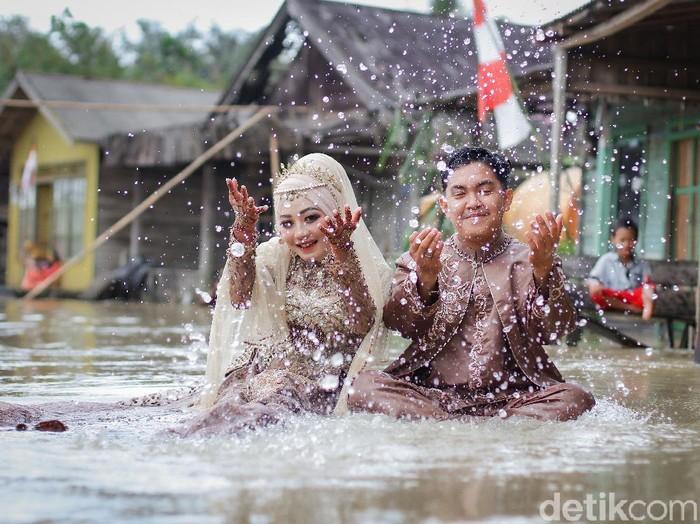 Kisah viral pasangan pengantin yang sesi foto pernikahan saat banjir.